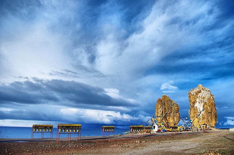 纳木措湖之畔的夫妻石景区