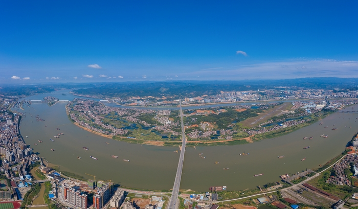 7、俯瞰广西梧州长洲水利枢纽蔚蓝天空迷人景色(何华文)