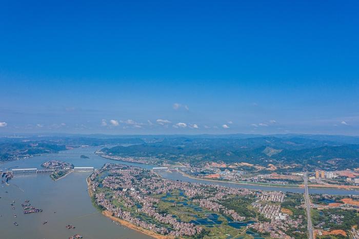 9、俯瞰广西梧州长洲水利枢纽蔚蓝天空迷人景色(何华文)