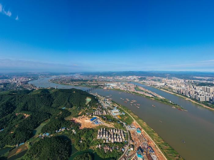 8、俯瞰广西梧州绿水青山蔚蓝天空美景(何华文)