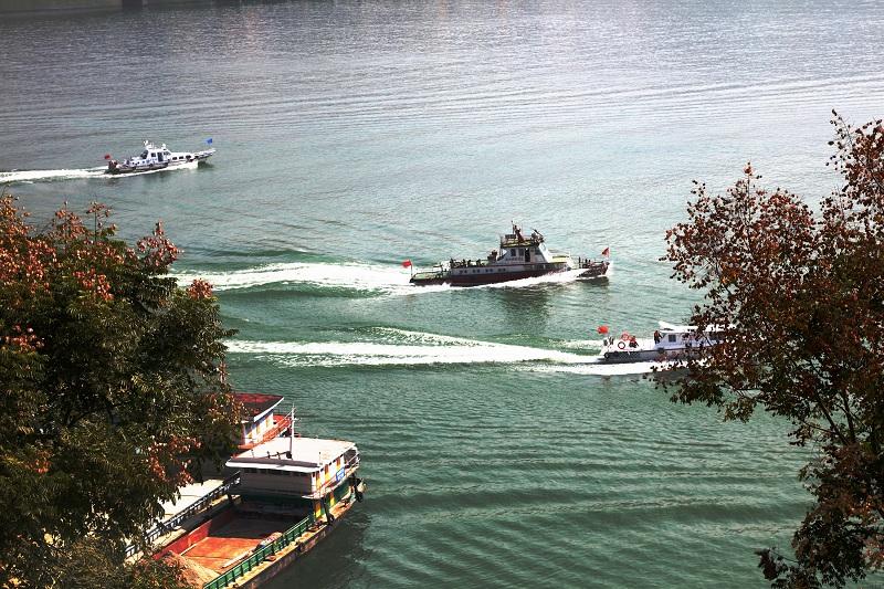 图4:三峡库区175米蓄水船舶安畅航行在高峡平湖,港航海事船(左1)正在保驾护航   唐探峰摄