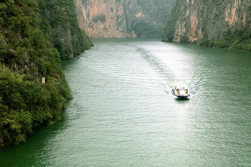 图5:三峡库区175米蓄水客运船舶安畅经过小三峡龙门峡   唐探峰摄