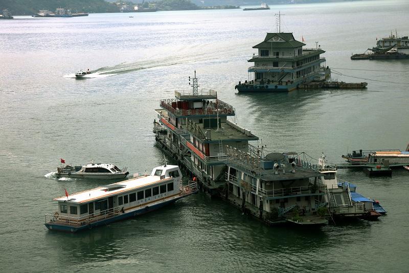 图6:三峡库区175米蓄水客运船舶自觉接受巫山港航龙门安检站检查   唐探峰摄