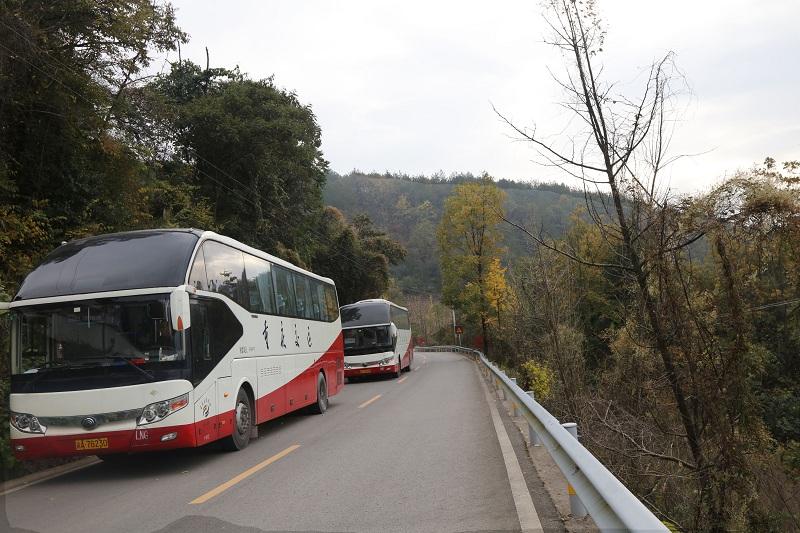 图5:全国各地组团游前往神女景区南环线观景赏红叶   唐探峰摄