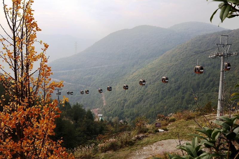 图6:神女景区南环线黄岩索道迎客观美景赏彩叶  唐探峰摄
