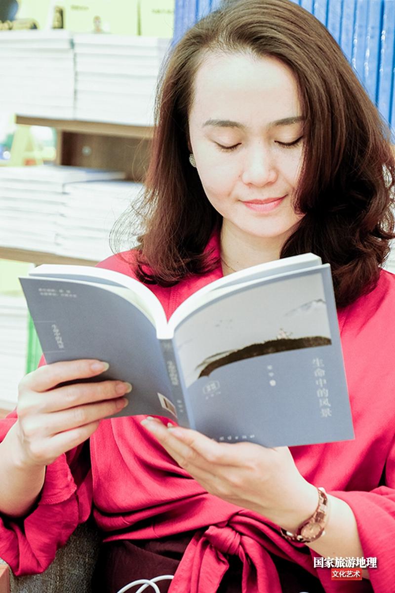 2、美女读者小韦认真阅读欣赏《生命中的风景》(何华文)