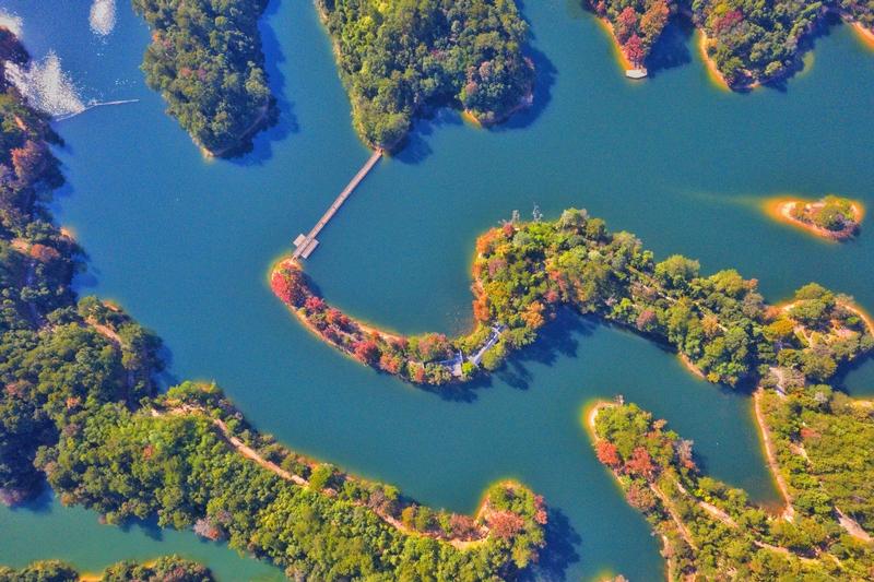 航拍碧水美艳的阳明湖景区