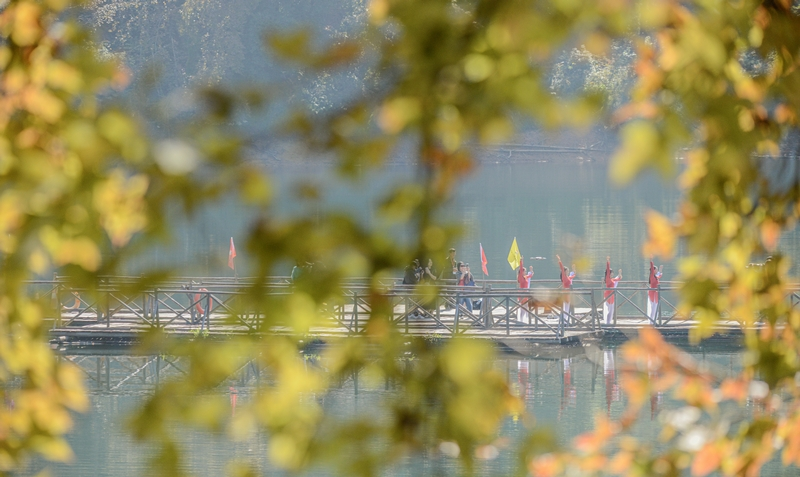 游人穿行在阳明湖景区的栈桥上。