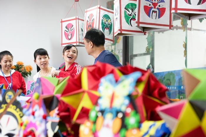1、2020年11月18日,在广西梧州商贸学校,学生们参观工艺艺术教室。