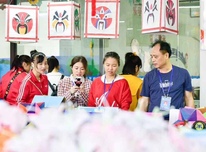 2、2020年11月18日,在广西梧州商贸学校,学生们参观工艺艺术教室。