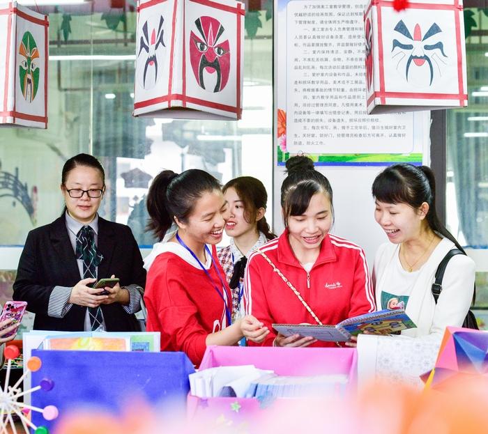 4、2020年11月18日,在广西梧州商贸学校,学生们参观工艺艺术教室,感受艺术氛围。