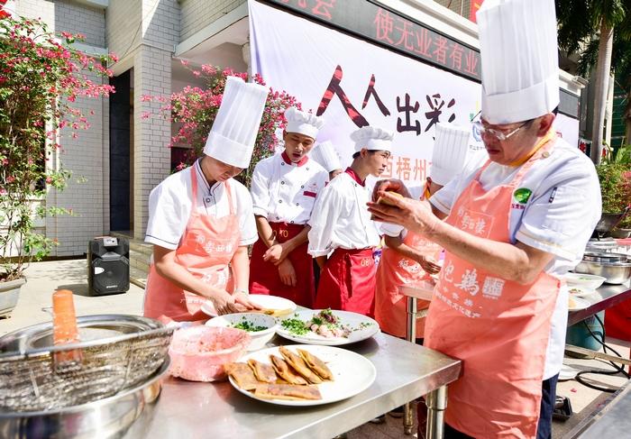 19、2020年11月18日,在广西梧州商贸学校校园美食、梧州纸包鸡的制作,感受舌尖上的美食。