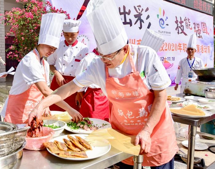 17、2020年11月18日,在广西梧州商贸学校校园美食、梧州纸包鸡的制作,感受舌尖上的美食。