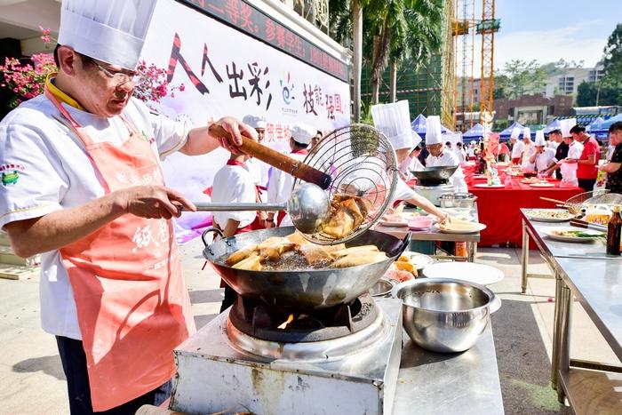 20、2020年11月18日,在广西梧州商贸学校校园美食、梧州纸包鸡的制作,感受舌尖上的美食。
