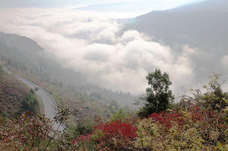 图7:云中彩路   唐探峰摄