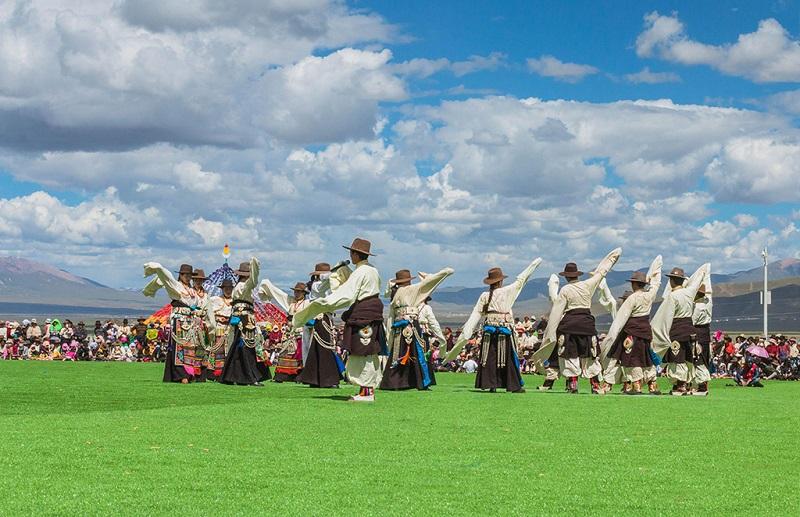 藏族少男少女传统节日跳的舞蹈