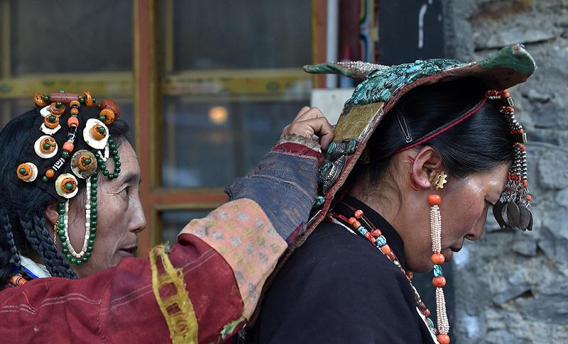 在打扮的藏族妇女