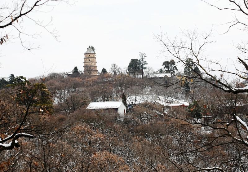 11——2020年11月21日拍摄的甘肃省平凉市崆峒山雪景。
