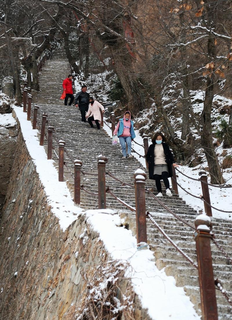 15——2020年11月21日,游客在崆峒山上赏雪游玩。