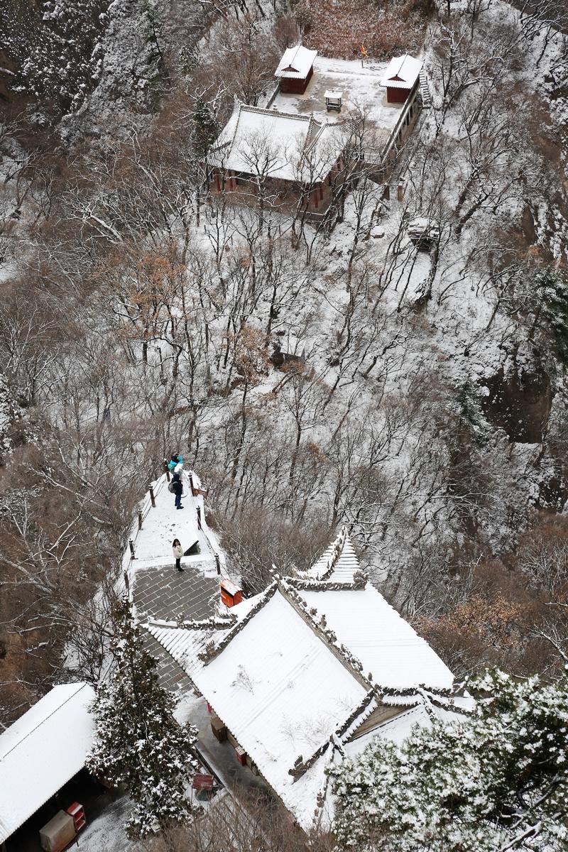 16——2020年11月21日,游客在崆峒山上赏雪游玩。