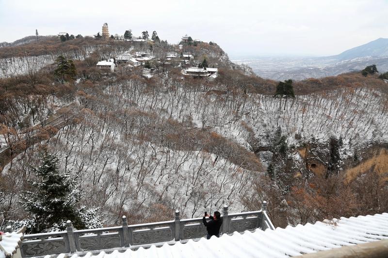 17——2020年11月21日,游客在崆峒山上赏雪游玩。