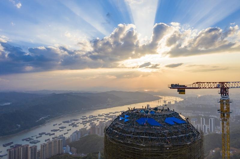 18、西江明珠塔幕墙安装现场。