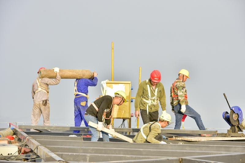 24、工人们在塔顶上繁忙景象