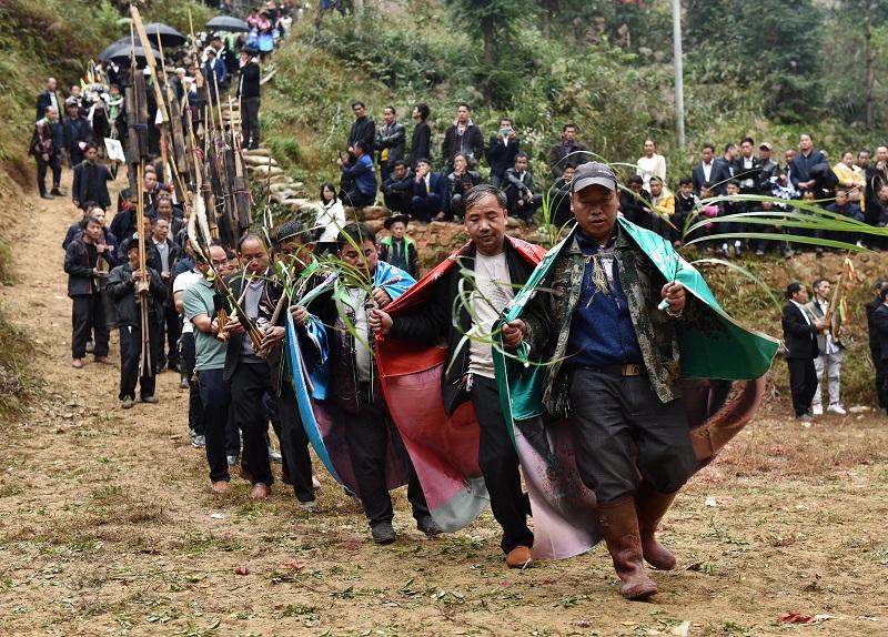 2020年11月16至18日,貴州省黔東南苗族侗族自治州從江縣加勉鄉黨港村舉行24年一度鼓藏節活動。圖為鼓藏家族蘆笙隊在牛塘吹蘆笙祭祖