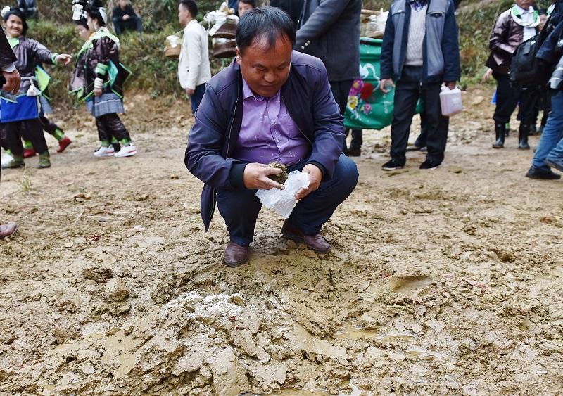 2020年11月16至18日,貴州省黔東南苗族侗族自治州從江縣加勉鄉黨港村舉行24年一度鼓藏節活動。圖為鼓藏家族在牛塘取泥回家祭祖歌