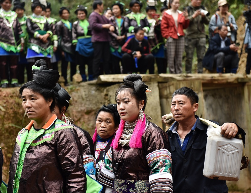 2020年11月16至18日,貴州省黔東南苗族侗族自治州從江縣加勉鄉黨港村舉行24年一度鼓藏節活動。圖為鼓藏家族在轉牛塘祭祖