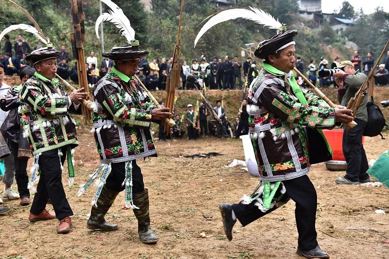 2020年11月16至18日,貴州省黔東南苗族侗族自治州從江縣加勉鄉黨港村舉行24年一度鼓藏節活動。圖為鼓藏蘆笙隊在牛塘吹蘆笙祭祖