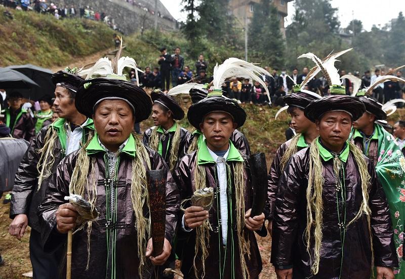 2020年11月16至18日,貴州省黔東南苗族侗族自治州從江縣加勉鄉黨港村舉行24年一度鼓藏節活動。圖為鼓藏師在牛塘唱祭祖歌