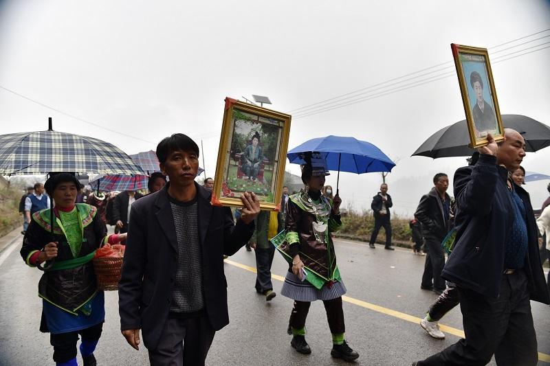 2020年11月16至18日,貴州省黔東南苗族侗族自治州從江縣加勉鄉黨港村舉行24年一度鼓藏節活動。圖為鼓藏頭家族前往牛塘祭祖