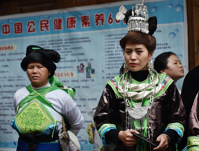 2020年11月16至18日,貴州省黔東南苗族侗族自治州從江縣加勉鄉黨港村舉行24年一度鼓藏節活動。圖為觀眾鄒觀看蘆笙舞