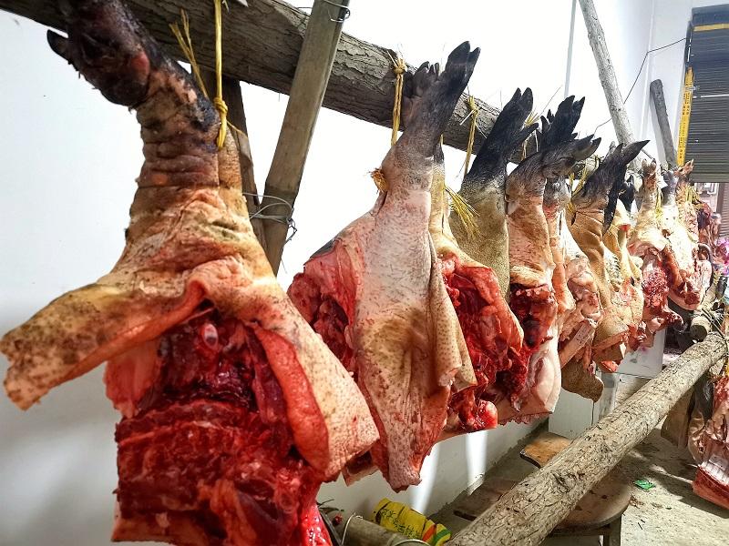 2020年11月16至18日,貴州省黔東南苗族侗族自治州從江縣加勉鄉黨港村舉行24年一度鼓藏節活動。圖為圖為砍香豬肉準備回禮.