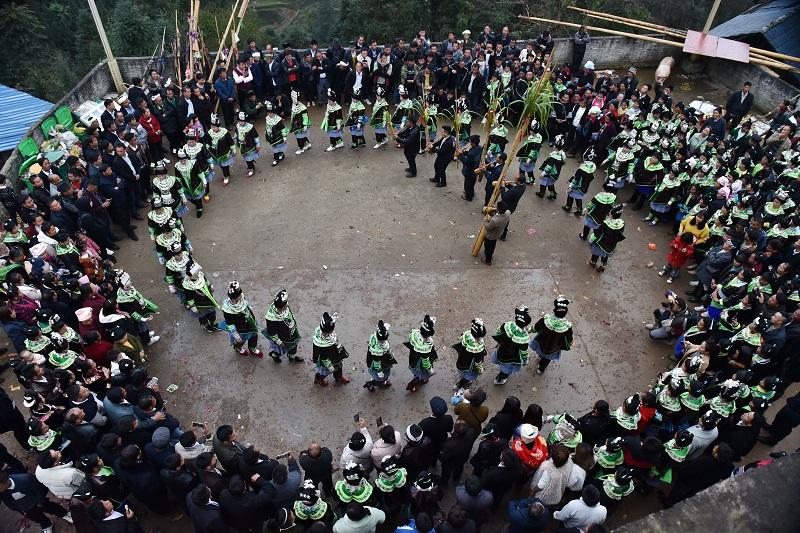 2020年11月16至18日,貴州省黔東南苗族侗族自治州從江縣加勉鄉黨港村舉行24年一度鼓藏節活動。圖為月亮山苗族婦女在踩歌堂祭祖5