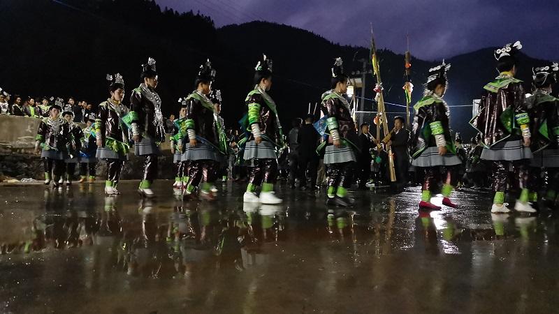 2020年11月16至18日,貴州省黔東南苗族侗族自治州從江縣加勉鄉黨港村舉行24年一度鼓藏節活動。圖為月亮山苗族婦女在踩歌堂祭祖11
