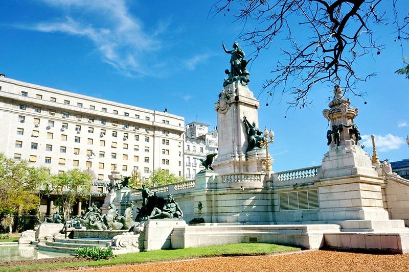 布宜诺斯艾利斯国会大厦广场上的群雕
