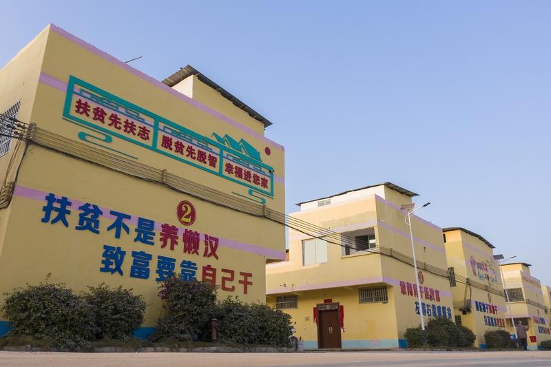 2、一幢幢崭新的移民新居(何华文)