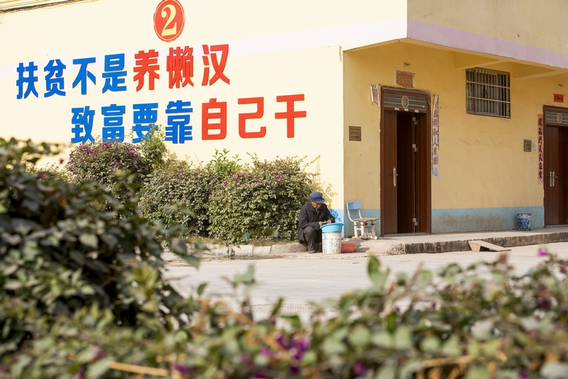 7、金鸡镇民乐村易地扶贫集中安置点的扶贫车间内,一名工人在玩具加工生产线上忙碌着,对零件进行上色、组装。(何华文)