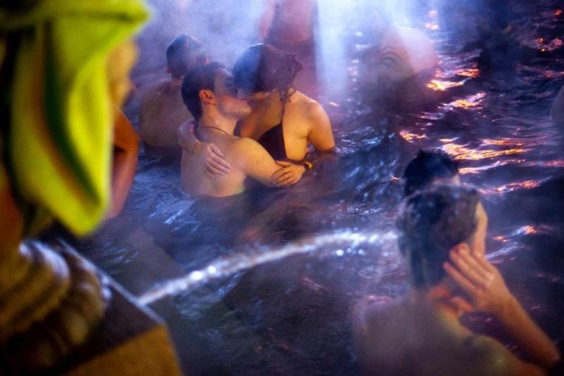 温泉中的热吻