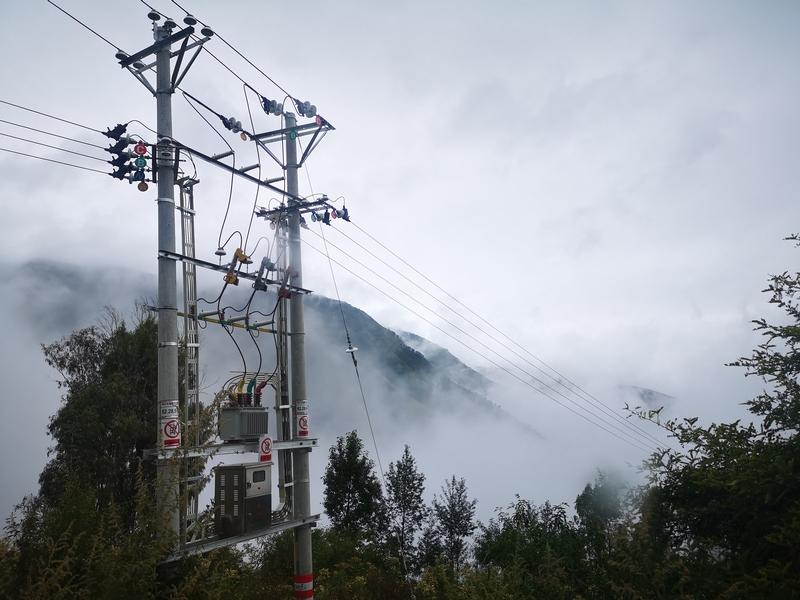 新架设的电力线路,为凹黑村民脱贫致富增添了动力。  王吉聪 摄