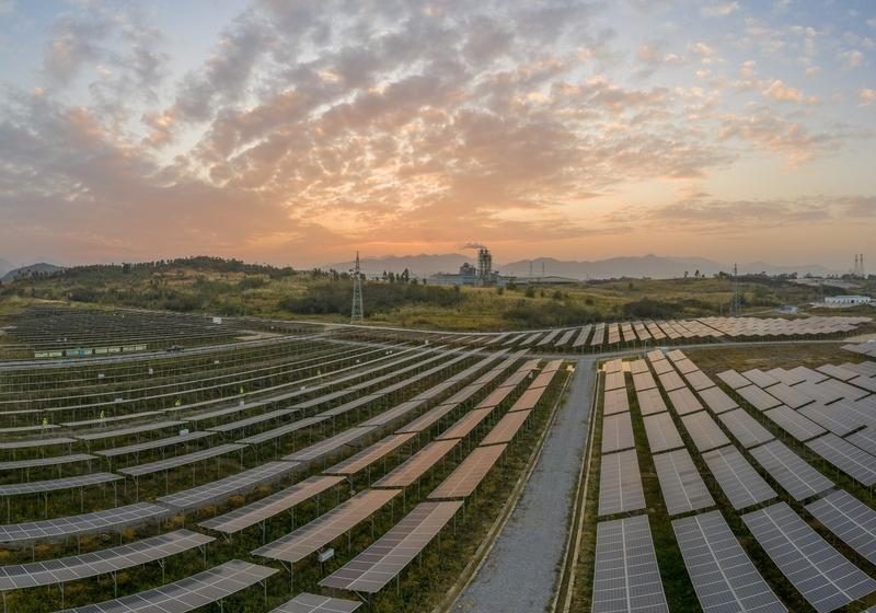 3、2020年12月10日,鸟瞰广西梧州市蒙山县桐油坪工业园区集中式光伏发电项目产业园,整齐的光伏叶片在阳光下闪闪发光,工人们正在清扫叶片。