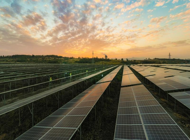 15、2020年12月10日,鸟瞰广西梧州市蒙山县桐油坪工业园区集中式光伏发电项目产业园,整齐的光伏叶片在阳光下闪闪发光,工人们正在清扫叶片。
