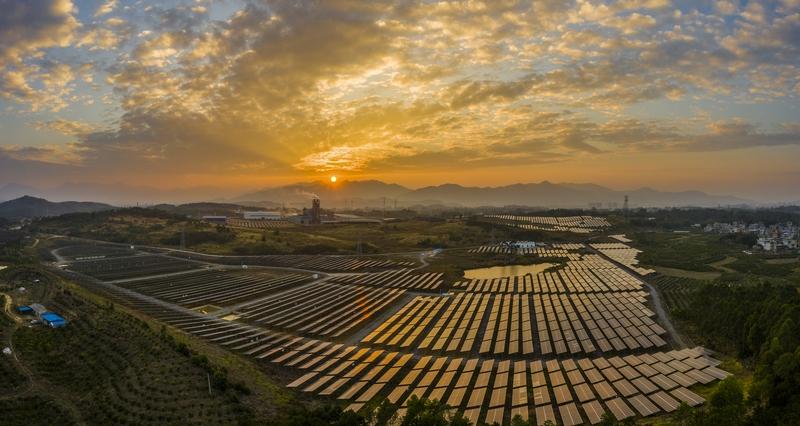 14、2020年12月10日,鸟瞰广西梧州市蒙山县桐油坪工业园区集中式光伏发电项目产业园,整齐的光伏叶片在阳光下闪闪发光。
