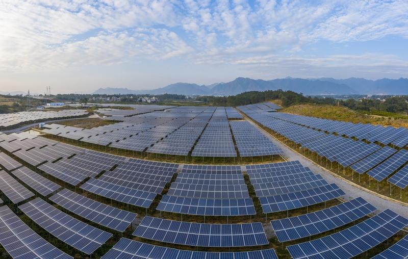 6、2020年12月10日,鸟瞰广西梧州市蒙山县桐油坪工业园区集中式光伏发电项目产业园,整齐的光伏叶片在蓝天白云下相映成一幅画卷。