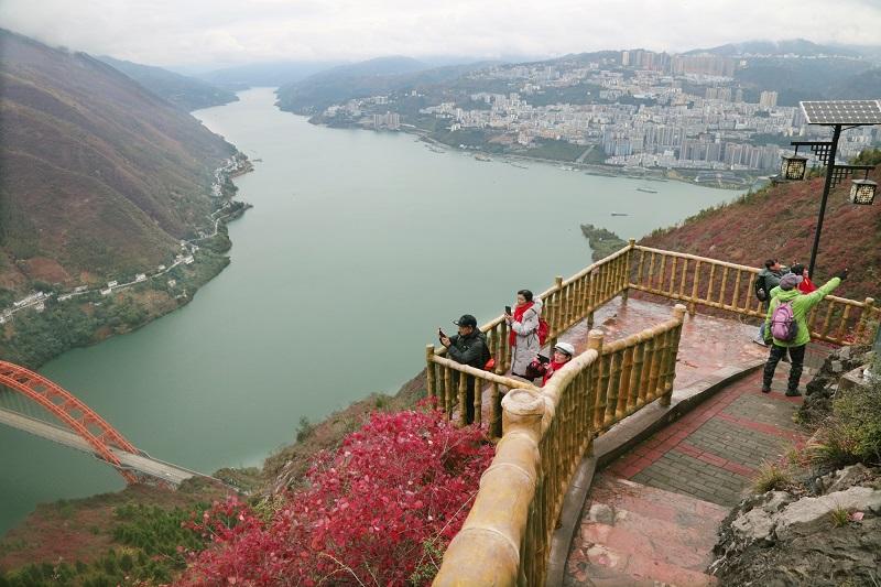 图7:游客醉红叶拍照流芳    唐探峰摄于文峰景区神女溪