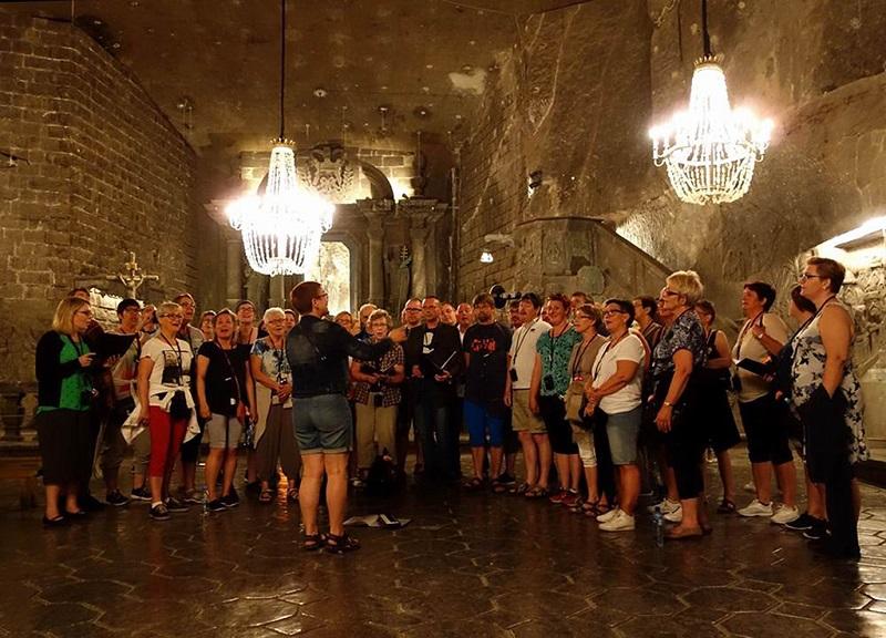 参观盐矿博物馆的游客们