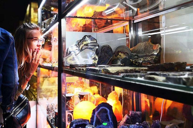 维利奇卡盐矿在看盐矿的实物标本的游客