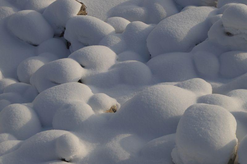 白雪覆盖的鹅卵石